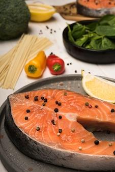 Ingredienti ad alto angolo con bistecca di salmone