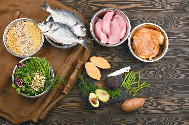 Ingredienti alimentari per animali domestici sani in singole ciotole