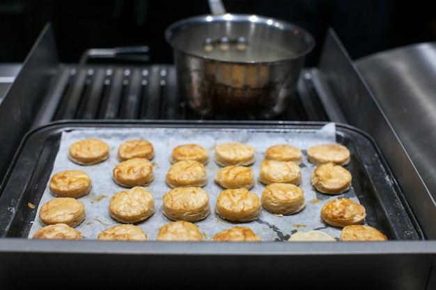 Ingredienti alimentari sul vassoio nella cucina del ristorante per la cena