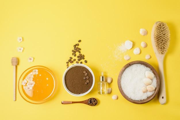 Ingredienti biologici naturali: sale marino, scrub al caffè, miele e un pennello per il corpo duro