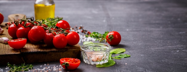 Ingredienti biologici vegetariani, olio d'oliva e condimento