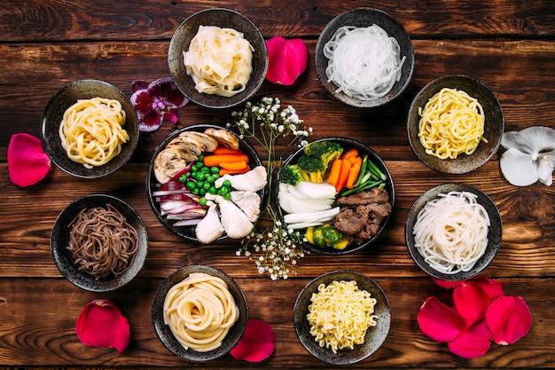 Ingredienti che cucinano le tagliatelle del piatto di cucina coreana