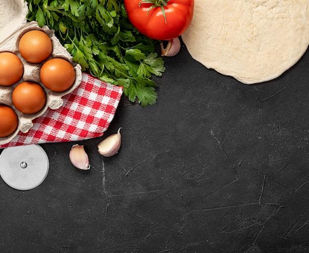 Ingredienti copia-spazio per la pizza
