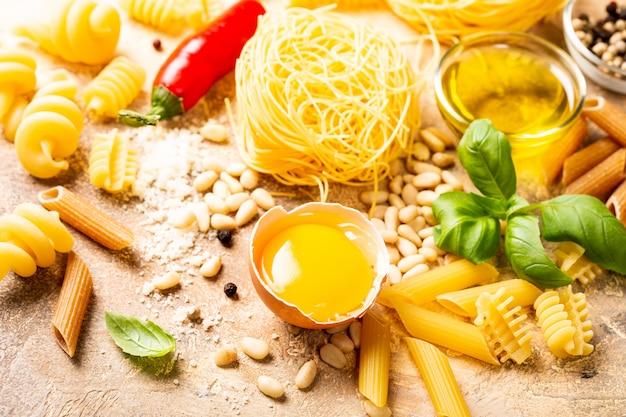 Ingredienti crudi sani per la pasta italiana alla carbonara