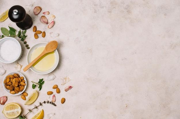 Ingredienti da cucina con cornice di olio d'oliva