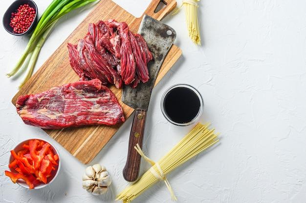 Ingredienti da cucina per preparare yakisoba saltati in padella con carne di manzo.