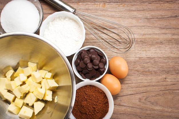 Ingredienti da forno ingrediente del brownie su fondo di legno