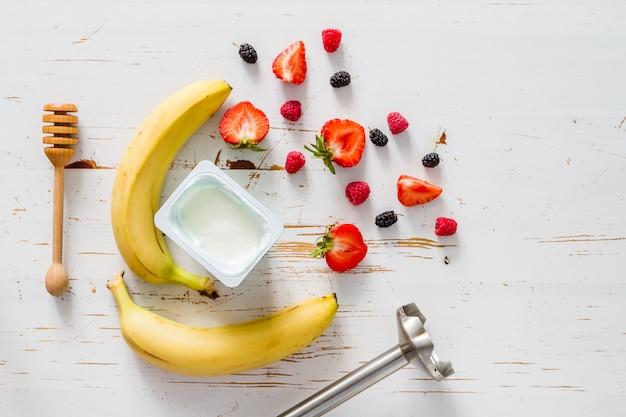 Ingredienti del frullato di fragole alla banana