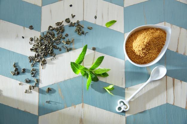 Ingredienti del tè verde in stile marocchino