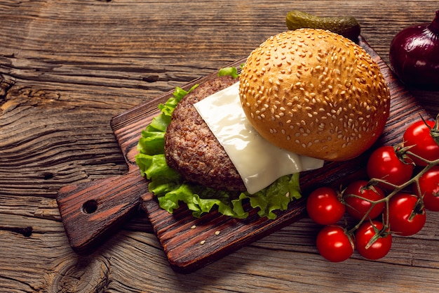 Ingredienti dell'hamburger del primo piano sul tagliere