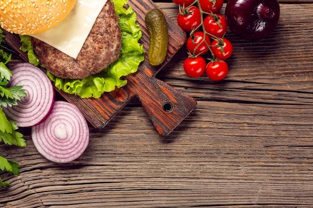 Ingredienti dell'hamburger del primo piano sul tagliere