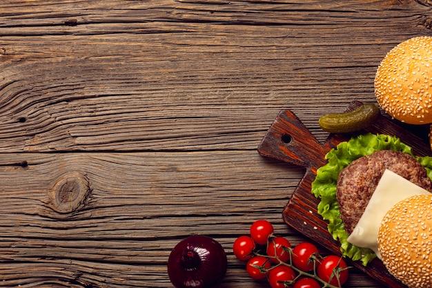 Ingredienti dell'hamburger di vista superiore sulla tavola di legno