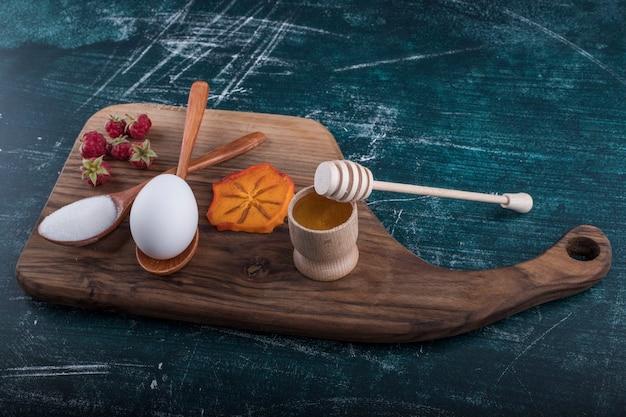 Ingredienti della pasticceria su un piatto di legno