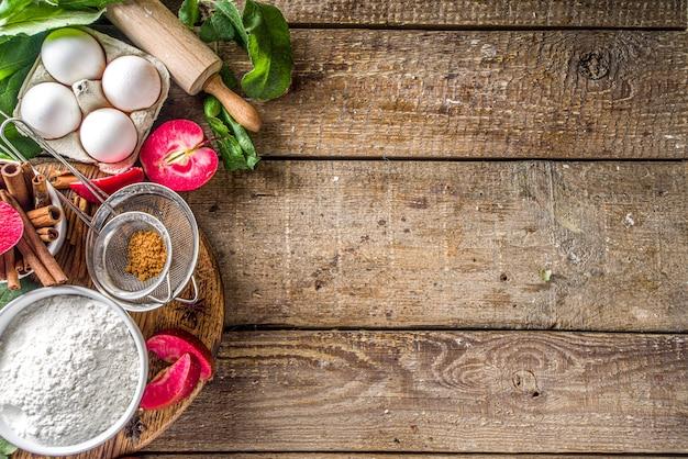 Ingredienti della torta di mele sulla tavola di legno