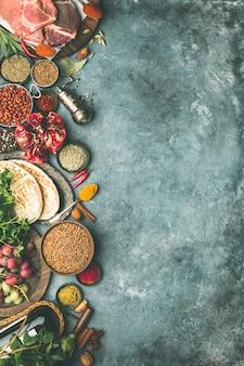 Ingredienti della tradizione mediorientale o araba su sfondo concreto