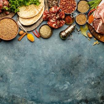 Ingredienti della tradizione mediorientale o araba su sfondo scuro di cemento