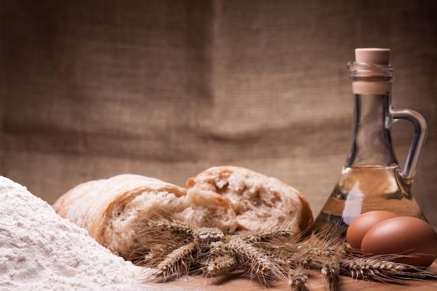 Ingredienti di cottura sulla tavola di legno