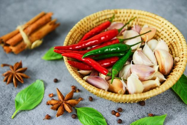 Ingredienti di erbe e spezie cibo tailandese zuppa piccante asiatica con anice stellato cannella semi di semi di ortaggi foglia di basilico per aglio peperoncino rosso e verde