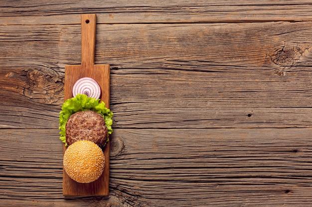 Ingredienti di hamburger piatto laici con lo spazio della copia
