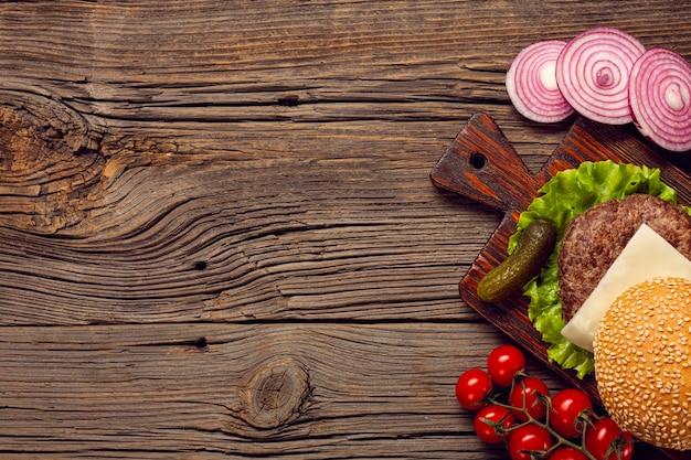 Ingredienti di hamburger piatto laici sul tavolo di legno