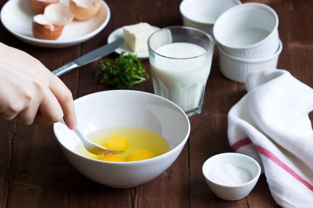 Ingredienti e accessori per preparare la frittata. stile rustico.