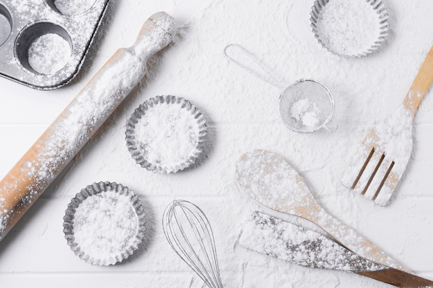 Ingredienti e farina per cuocere il pane