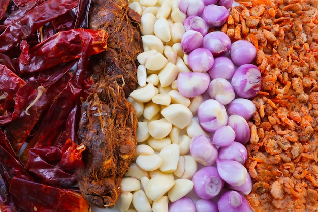 Ingredienti erbacei e speziati per preparare cibo tailandese