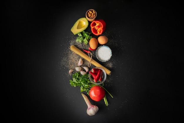 Ingredienti grezzi per la cottura degli spaghetti alla marinara con uova in camicia distese piatte e copia gli spazi