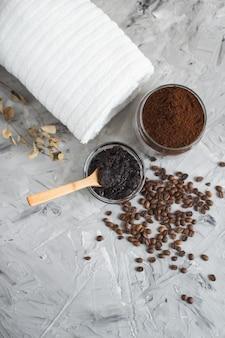 Ingredienti naturali per la cura del corpo del concetto di sugar scrub beauty spa del caffè fatto in casa