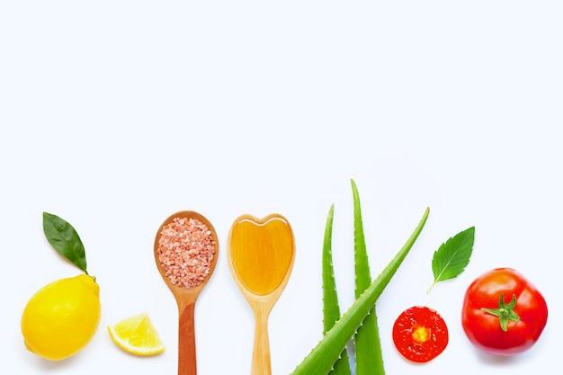 Ingredienti naturali per la cura della pelle fatta in casa su bianco.