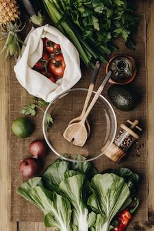 Ingredienti organici freschi per la fabbricazione di insalata sul rustico
