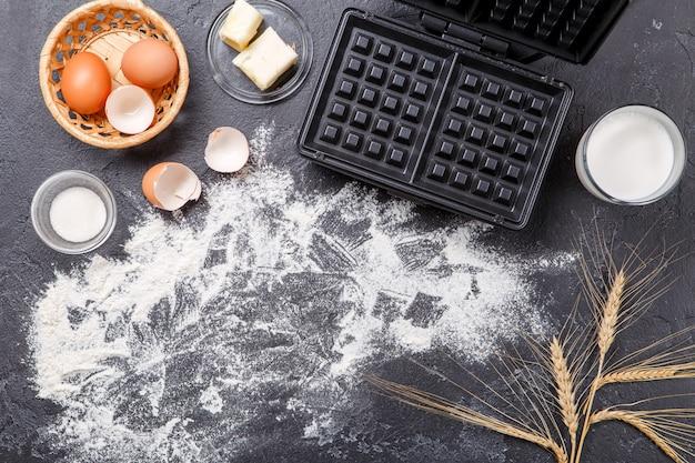 Ingredienti per cialde sul tavolo nero