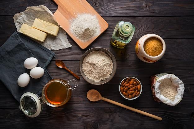 Ingredienti per cottura su una vista del piano del tavolo in legno