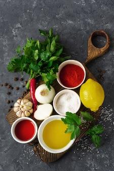 Ingredienti per cucinare chimichurri verde argentino o salsa chimmichurri o salsa di prezzemolo, peperoncino, olio d'oliva, aglio e aceto