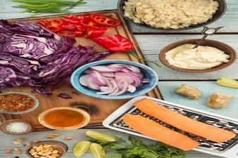 Ingredienti per cucinare l'insalata di quinoa tailandese con salsa di burro di arachidi allo zenzero.