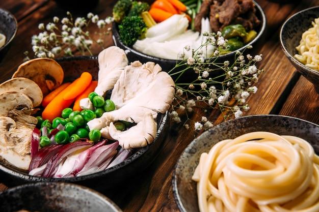 Ingredienti per cucinare spaghetti di cucina asiatica