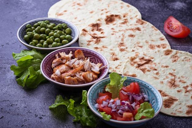 Ingredienti per cucinare tacos messicani. messa a fuoco selettiva