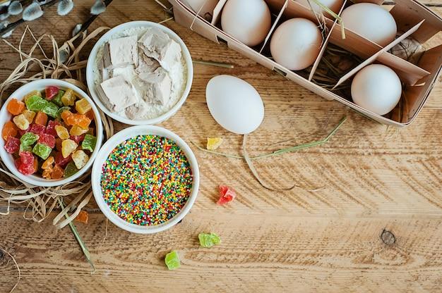 Ingredienti per cuocere il dolce di pasqua su fondo di legno
