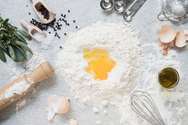 Ingredienti per fare l'impasto per il pane; torta sul piano in marmo