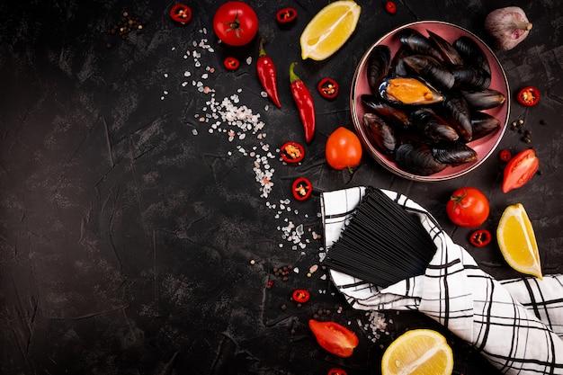 Ingredienti per fare la pasta nera ai frutti di mare