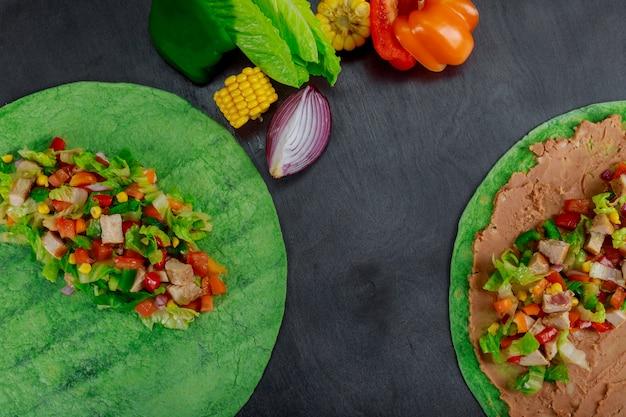 Ingredienti per gli ortaggi freschi degli alimenti a rapida preparazione messicani del burito in pane della pita, fine su