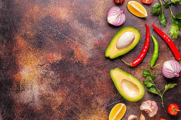 Ingredienti per il guacamole: avocado, lime, pomodoro, cipolla e spezie