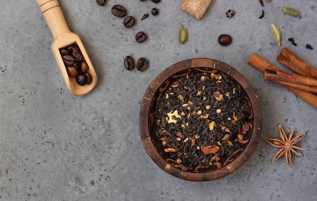 Ingredienti per il masala chai indiano piccante