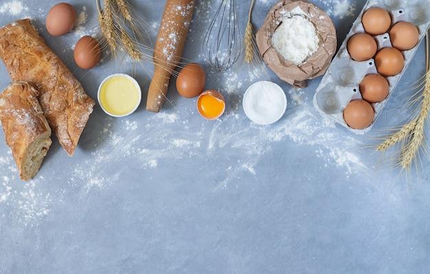 Ingredienti per il pane fatto in casa e strumenti di cottura vista dall'alto con spazio per il testo