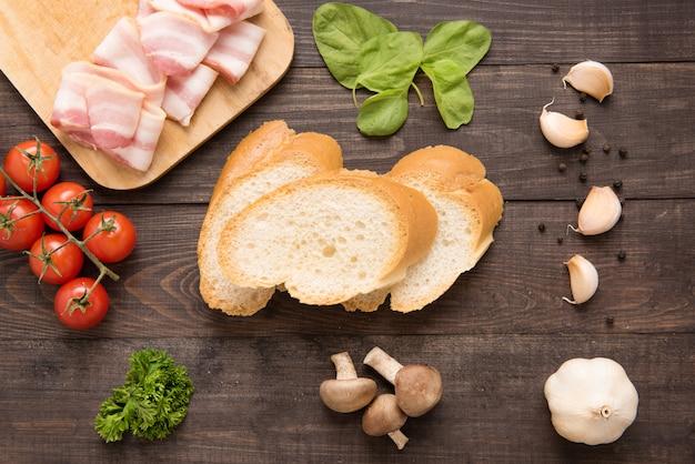 Ingredienti per il panino su fondo di legno