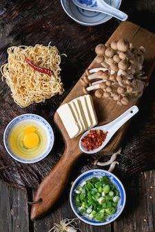 Ingredienti per il ramen di zuppa asiatica