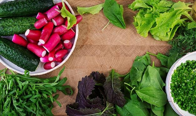 Ingredienti per insalata fresca di cetrioli, ravanelli ed erbe