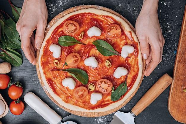Ingredienti per la classica pizza italiana