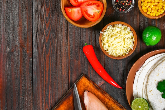 Ingredienti per la cottura di enchiladas messicani tradizionali.