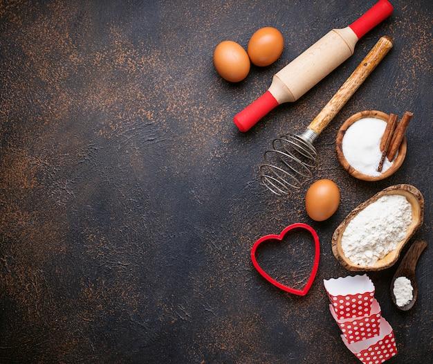 Ingredienti per la cottura su sfondo arrugginito